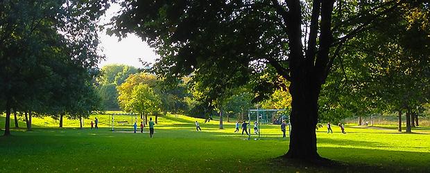Kicken im Park. Wischtelefonbild by Stefan Krieger.