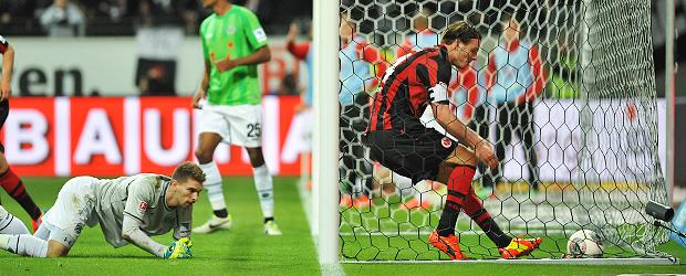Alex Meier holt den Ball da raus, wo er ihn gewöhnlich reintut. Foto: Eberhard Krieger.