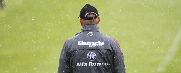 Thomas Schaaf steht im Regen. Foto: Stefan Krieger.