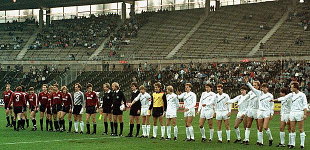 Ein Bild vom letzten Sieg der Eintracht in Hannover. Das Publikumsinteresse war riesig. Foto: imago.
