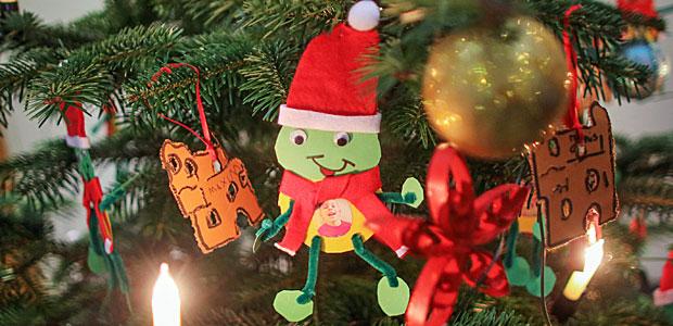 Selbst gebastelte Weihnachtsfrösche(!) an einem Weihnachtsbaum im Foyer des Abgeordnetenhauses in Mainz. Foto: dpa.