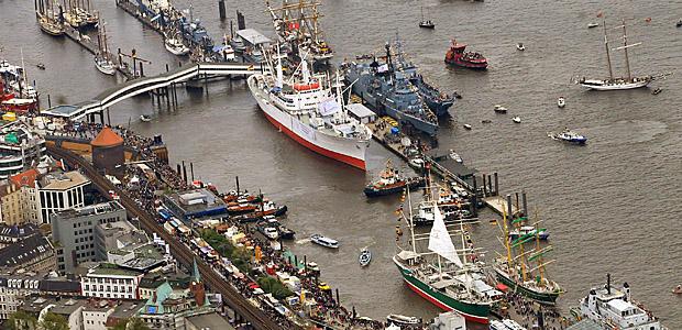 Traditionsschiffe auf der Elbe. Foto: dpa.