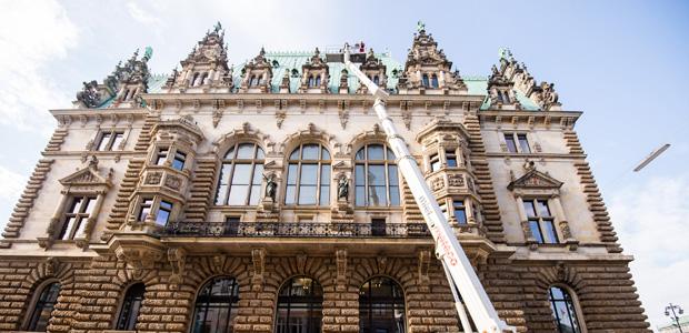 Fassadenteile bröckeln von Hamburger Rathaus. Foto: dpa.