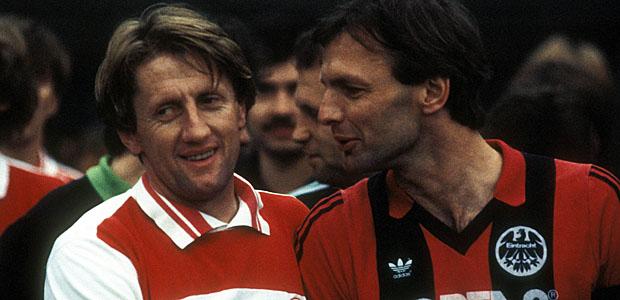 Gerd Zewe und ein unbekannter Eintracht-Kicker, ca. 1985. Foto: imago.