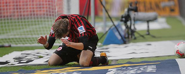 Stefan Aigner fällt zu spät. Foto: Stefan Krieger.