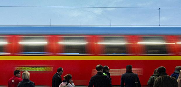 Warten auf den Zug. Auch hier gilt es pfiffig zu sein. Man muss das Abteil als Erster betreten, um einen guten Platz zu ergaunern. Foto: dpa.