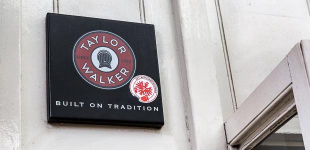 EFC-Aufkleber vor dem Punch & Judy im Covent Garden. Man ist nirgendwo sicher. Foto: Stefan Krieger.
