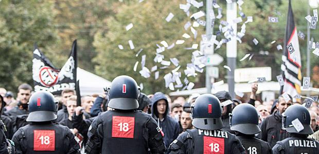 Eintracht-Fans protestieren gegen die Kollektivstrafe. Foto: dpa.