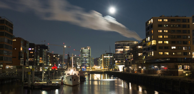 Sogenannter Super-Vollmond über Hamburg. Foto: dpa.
