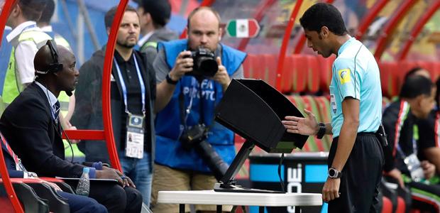 Der Videobeweis - für mehr Gerechtigkeit im Sport. Foto: dpa.